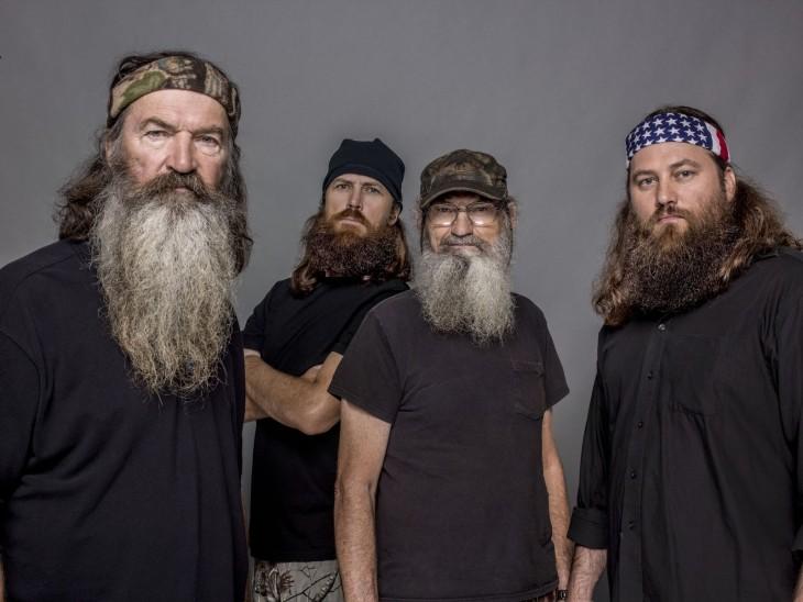Muchos hombres con barba
