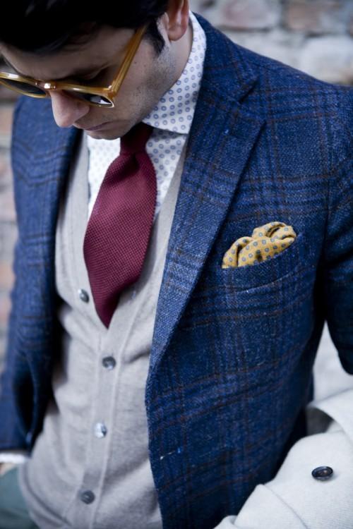 Reglas para vestir traje, no combinar pañuelo y corbata