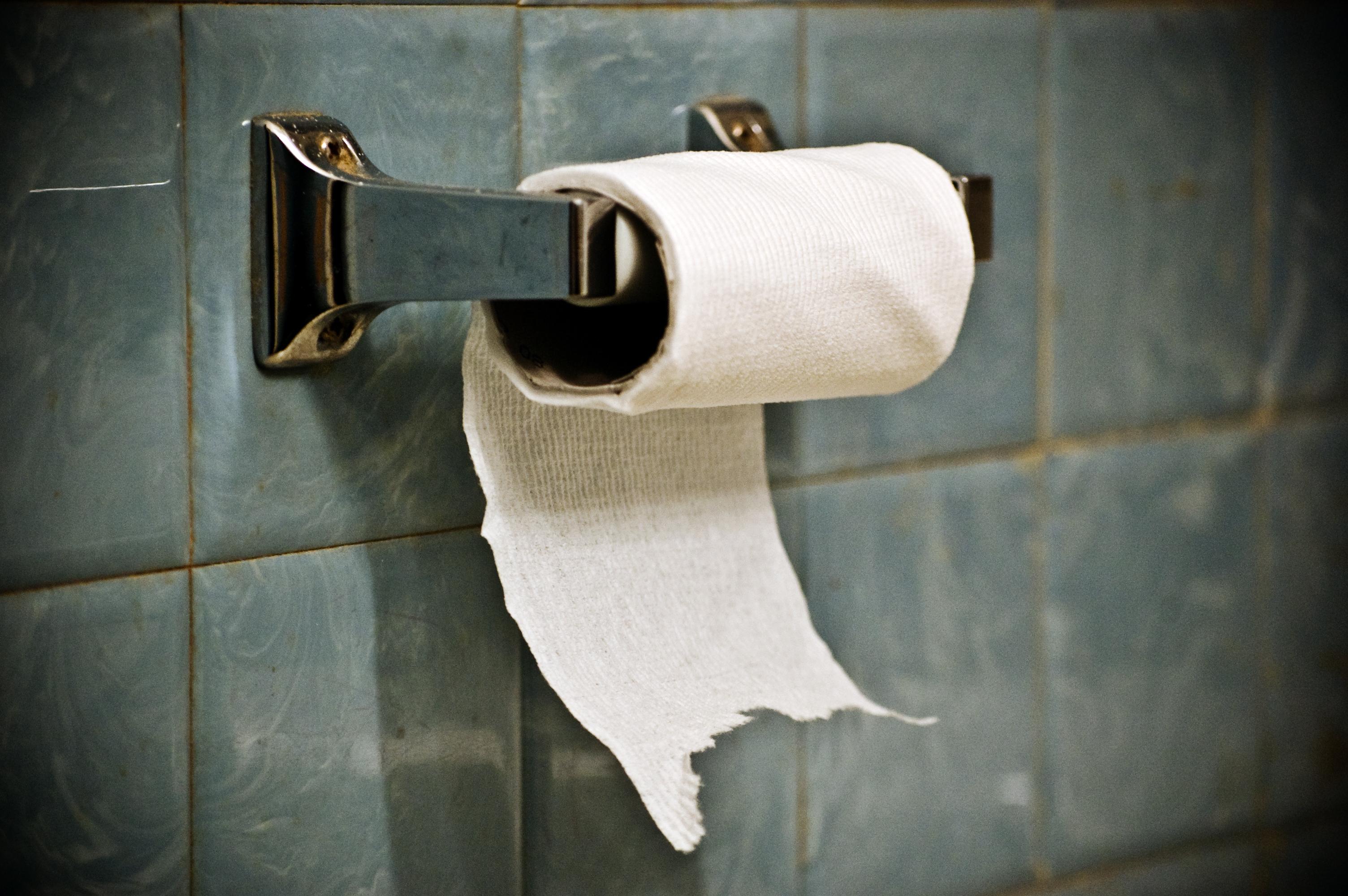 Papel De Baño Al Inodoro:15 Reglas de etiqueta para usar los baños públicos que todo hombre