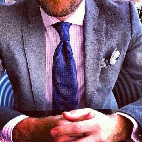 Corbata más oscura que la camisa