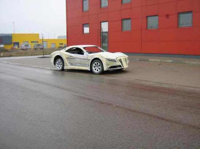 Carro de lujo con material expandible forma de lado