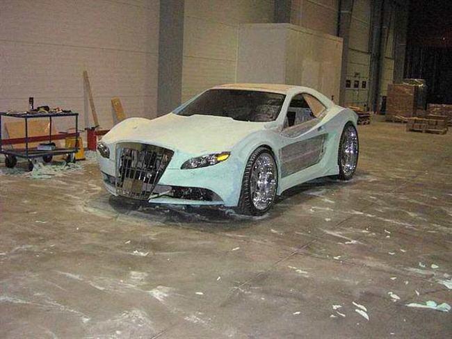 Carro de lujo con material expandible escultura