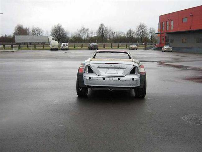 Carro de lujo con material expandible detrás