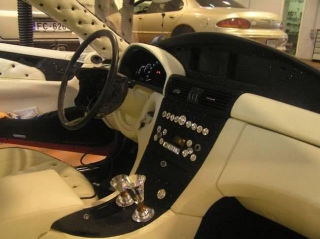 Carro de lujo con material expandible interior acabado