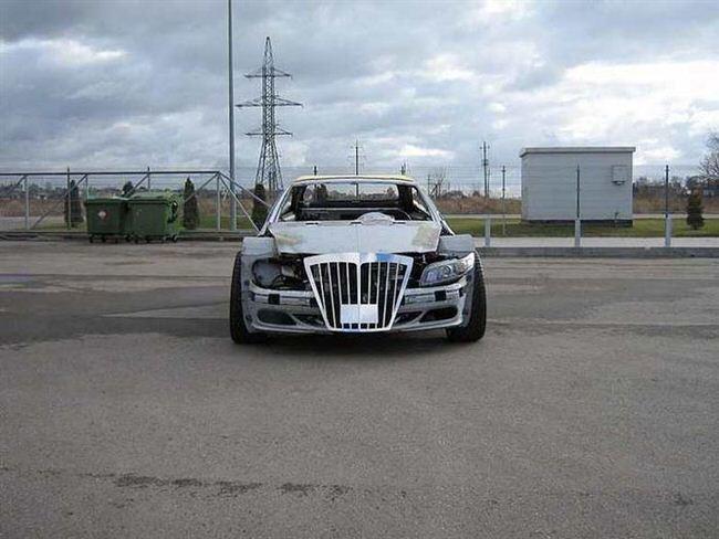 Carro de lujo con material expandible de frente