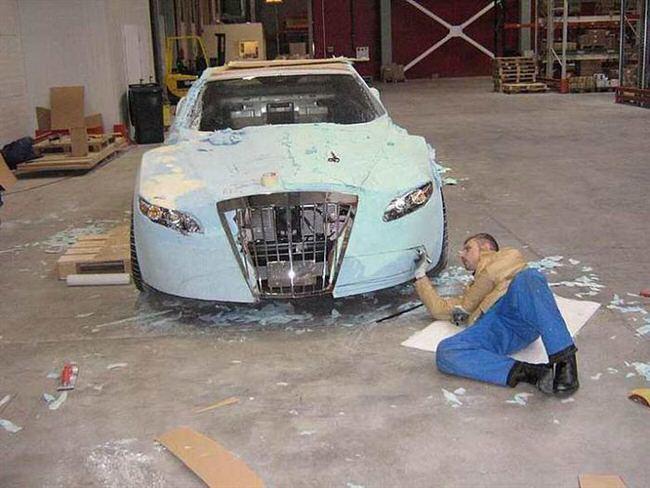 Carro de lujo con material expandible toma forma