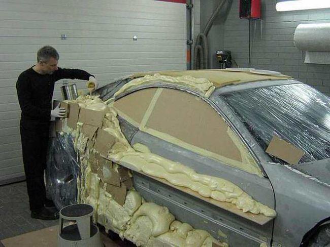 Carro de lujo con material expandible aplicando