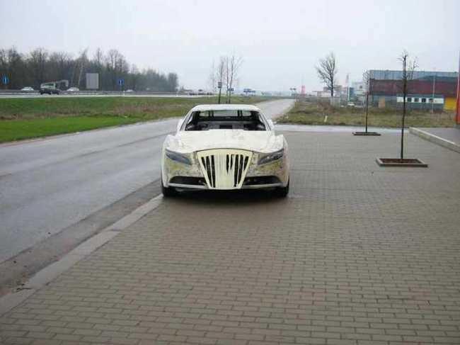Carro de lujo con material expandible de frente 2