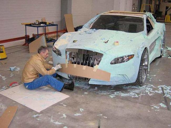 Carro de lujo con material expandible cartón