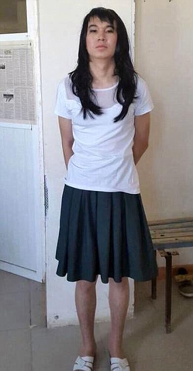 Novio se disfraza de su novia para hacerle el examen