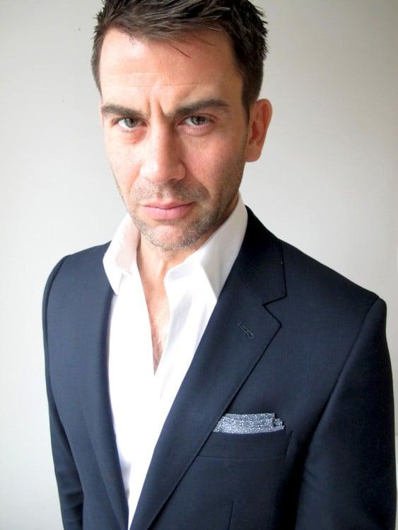 usar traje sin corbata