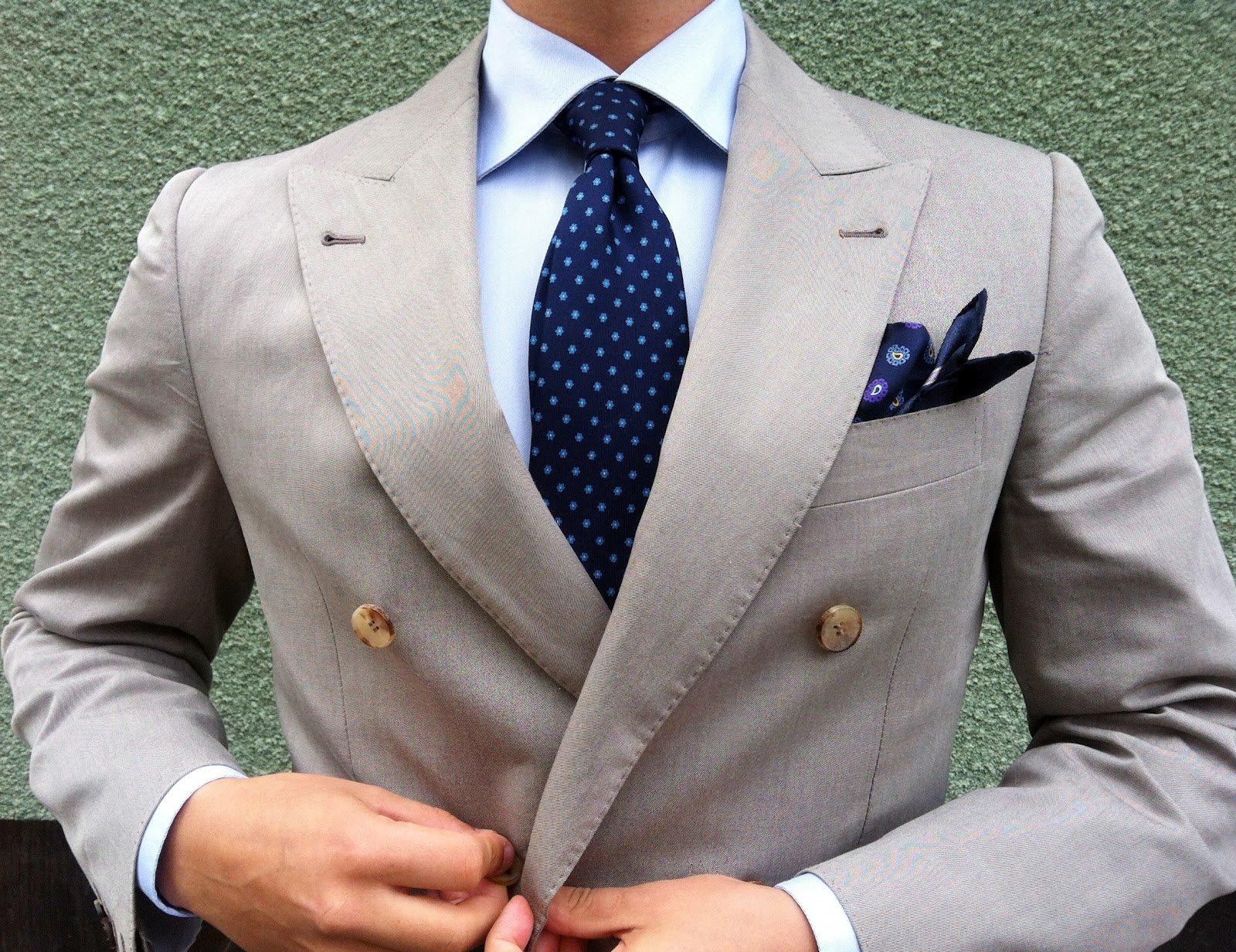 13c44e5fb Para un traje claro usa un pañuelo oscuro  será un ancla visual