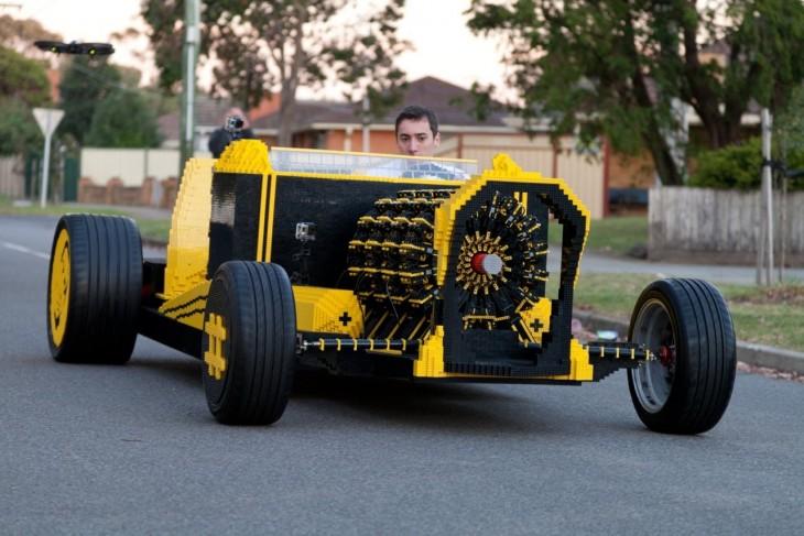 Joven construye un carro Lego