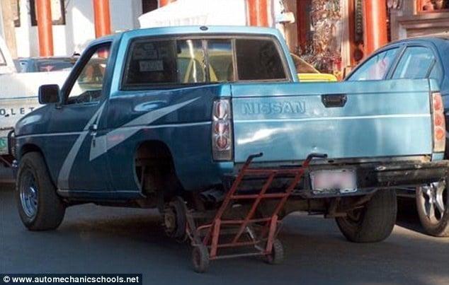Creatividad para reparar carros