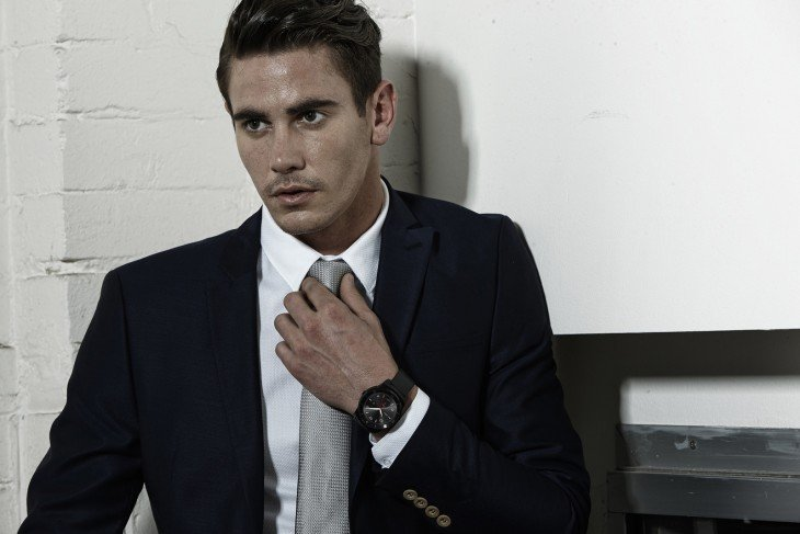 Reloj deportivo y traje
