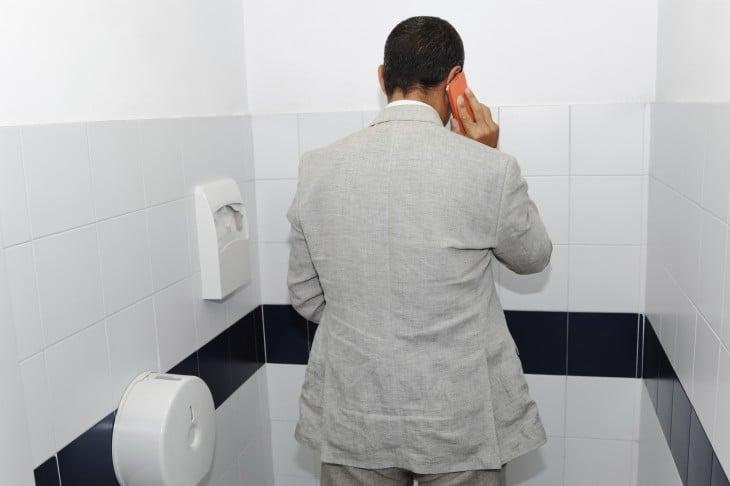 Reglas para el baño, no contestar el celular