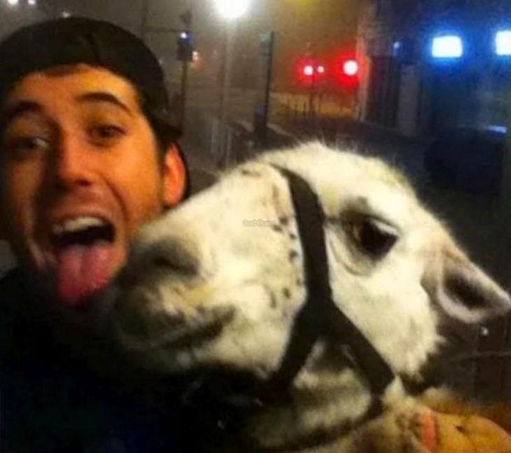 selfie con una llama de los jovenes ebrios que se la robaron