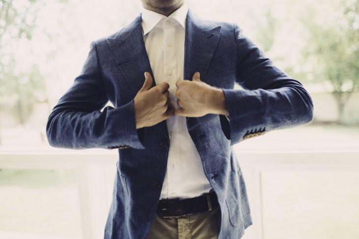 ajustar medida del traje con el puño