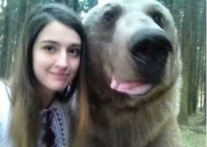selfie con oso grizzly mujer