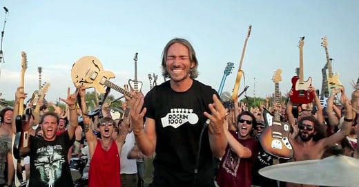 1000 fans tocan cover de Foo Fighters para convencerlos de ir a su ciudad