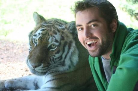 hombre se toma selfie con tigre