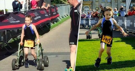 Niño de 8 años con parálisis cerebral finaliza triatlón y cruza la meta sin la ayuda de su andador