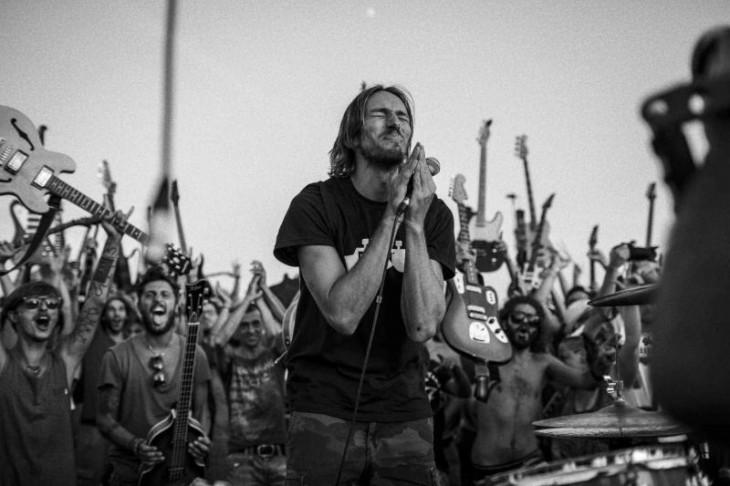 Fabio Zaffagnini rogando a foo fighters que toquen en italia