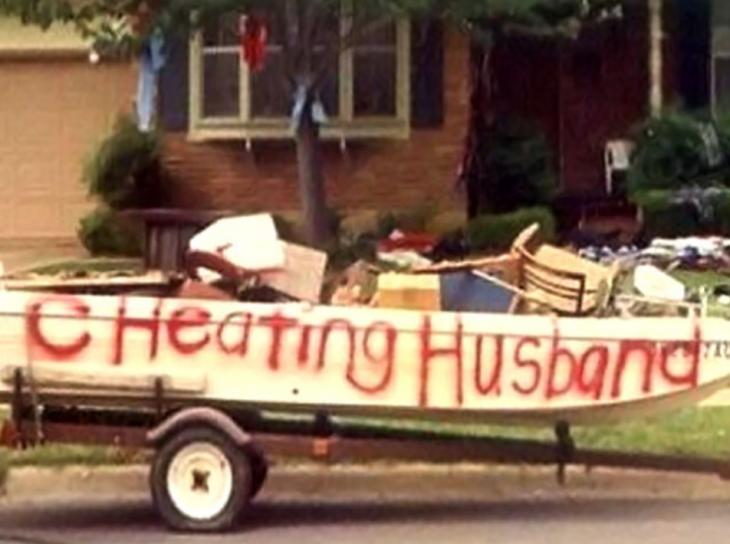 esposo infiel venden sus cosas en la calle en un bote