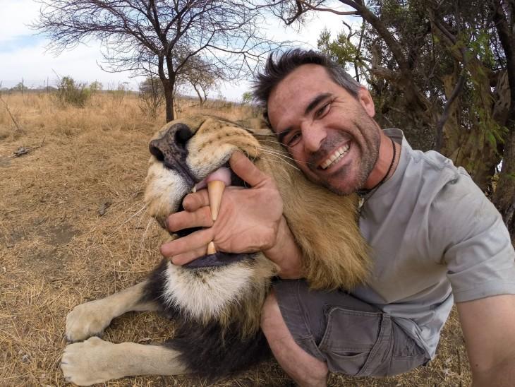 selfie kevin richardson leon salvaje