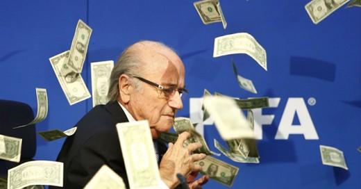 Comediante irrumpe en conferencia de Blatter y le da una lluvia de billetes