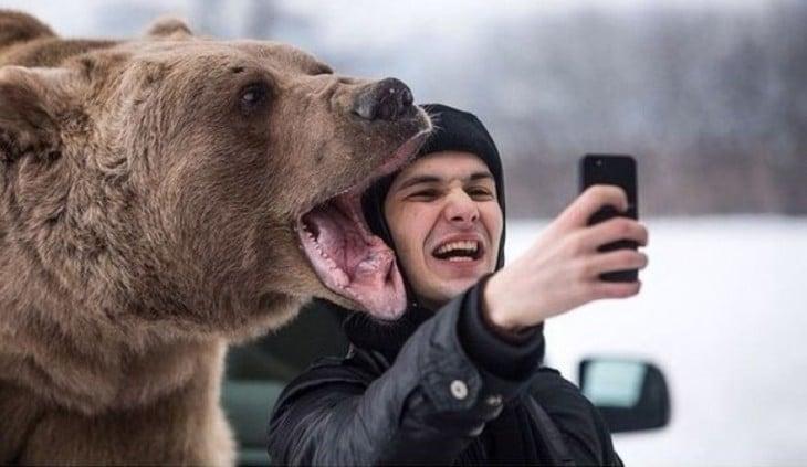 selfie con oso grizzly en la nieve