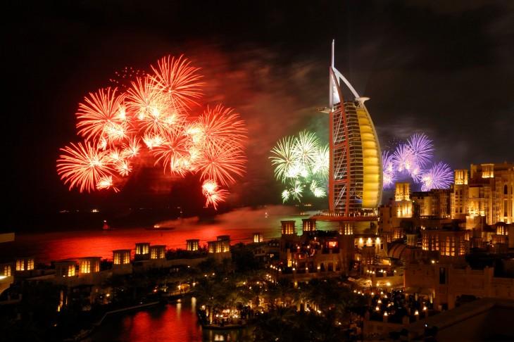 dubai año nuevo fiesta fuegos artificiales