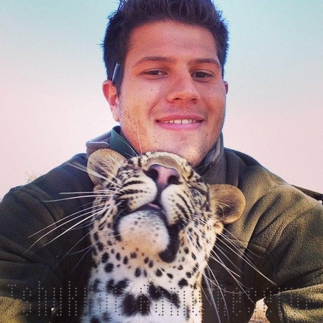 hombre se toma selfie con cachorro de leopardo