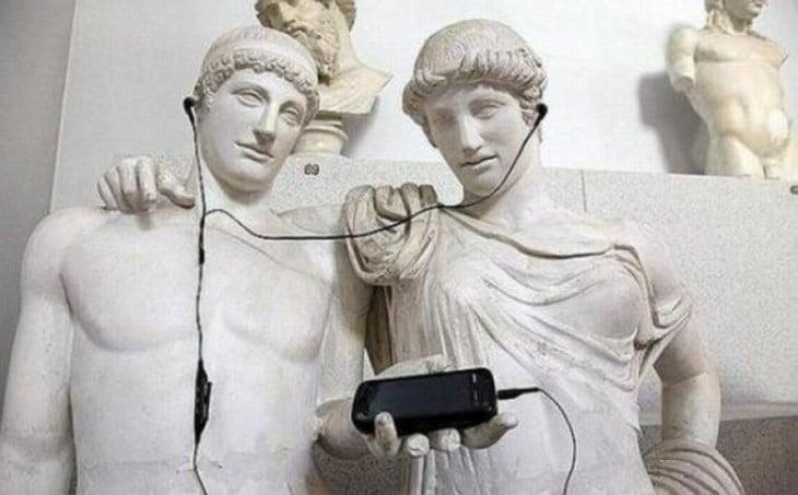 estatuas escuchando musica con audifonos