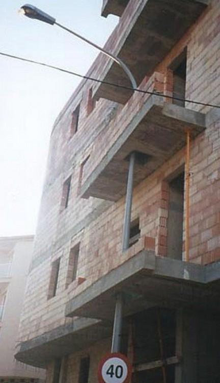 poste atravezando balcones de edificio