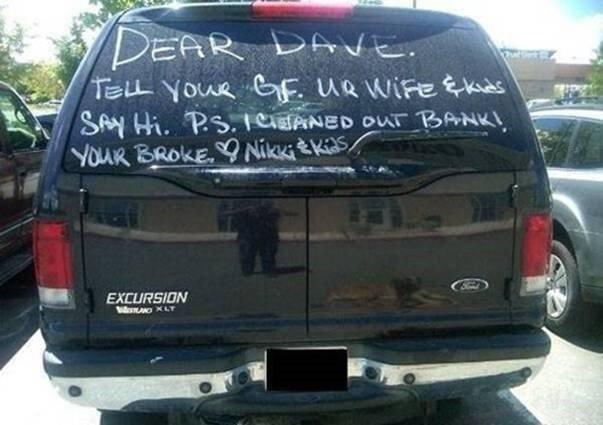 mujer pinta mensaje a esposo infiel en camioenta