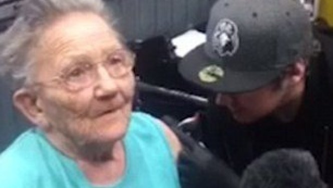 sadie sellers tatuandose a los 79 años por primera vez