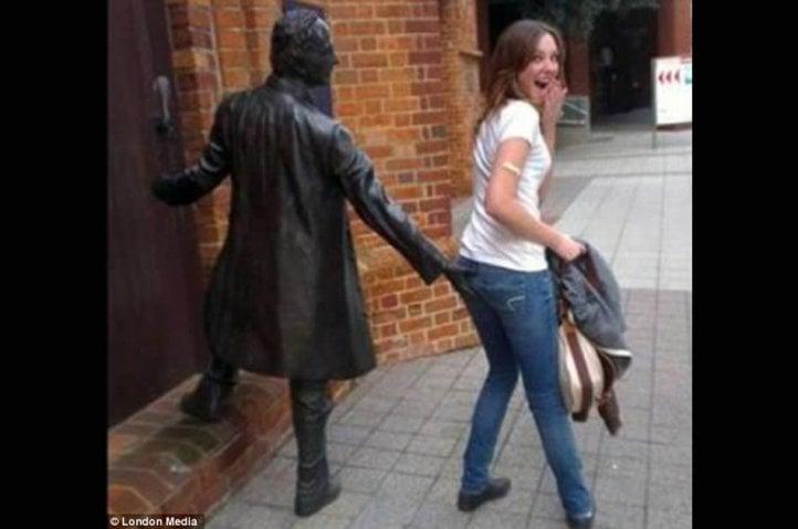 estatua tocando nalga de mujer