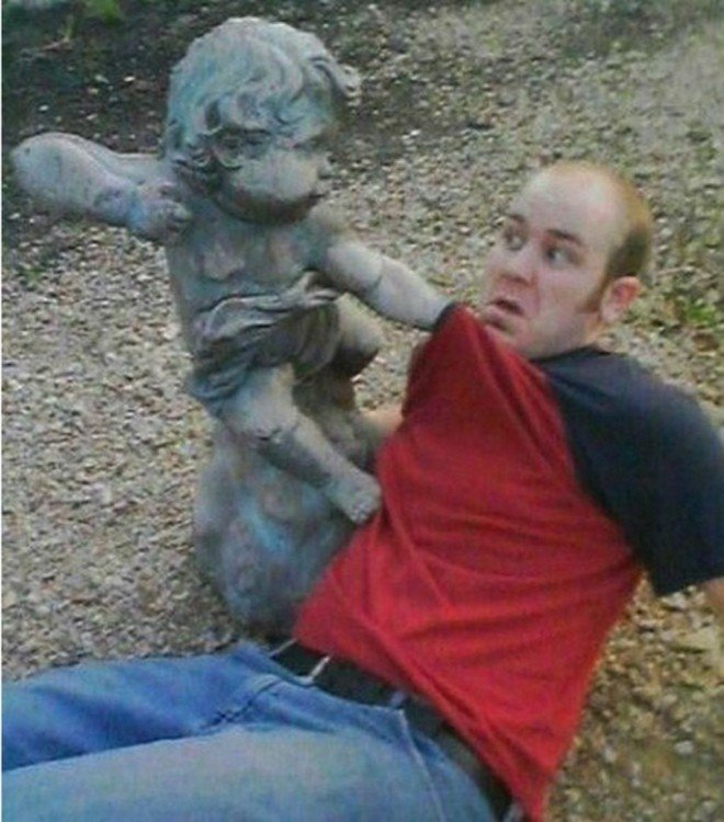 estatua de niño golpeando a hombre