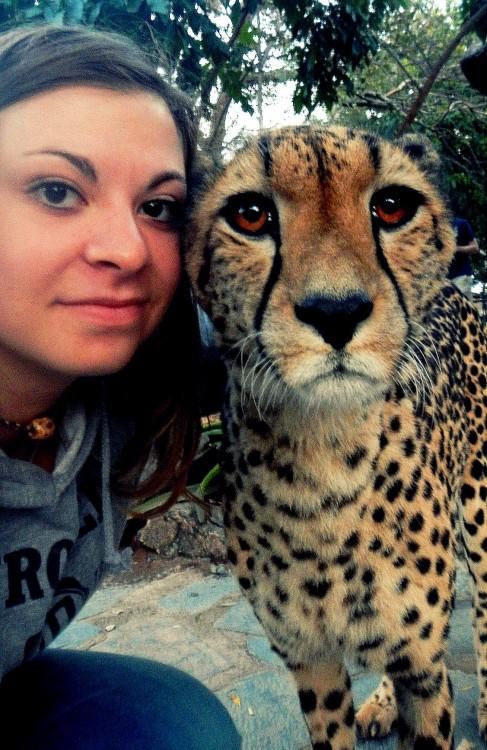 mujer con guepardo