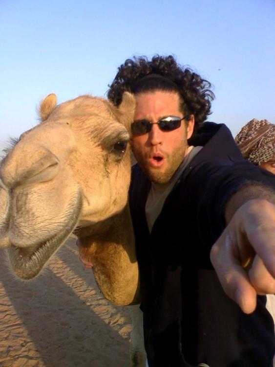 hombre con lentes foto selfie con camello