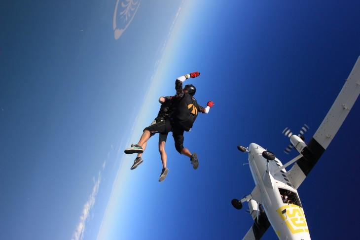 paracaidismo avion dubai cielo azul