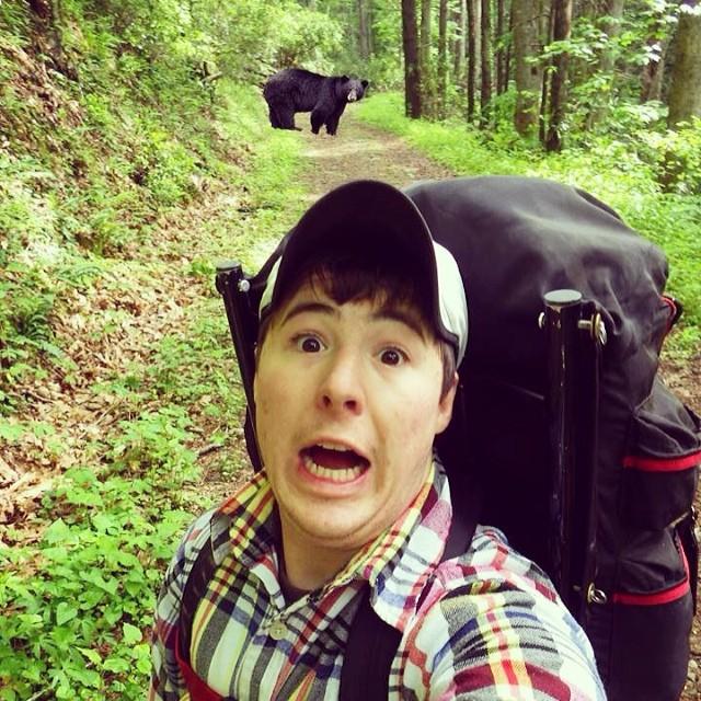 selfie con oso negro salvaje acampando