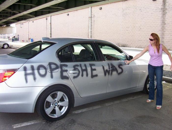 novia pinta el carro de novio infiel