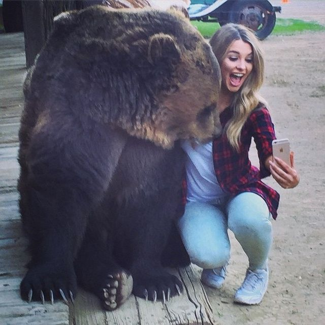 emily sears selfie con oso