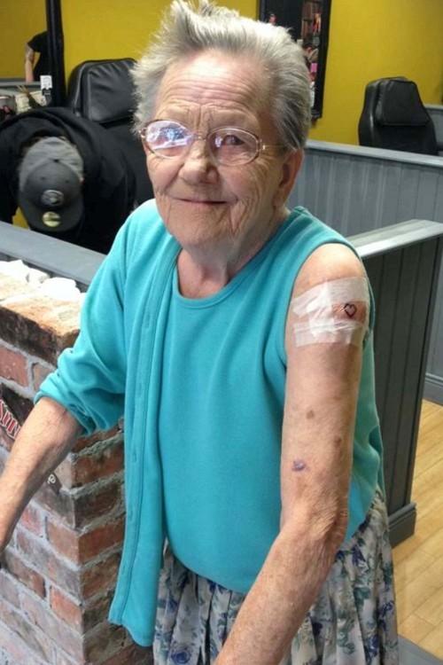saddie sellers tatuaje de corazon a los 79 años
