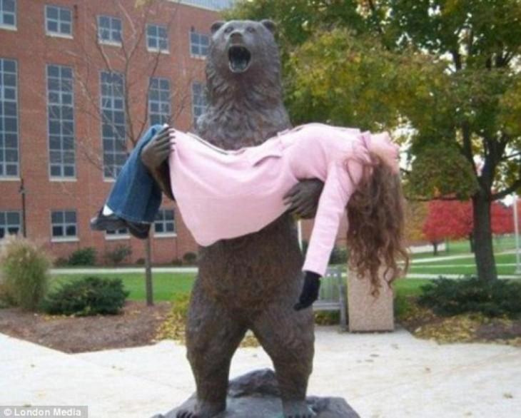 estatua de oso cargando a mujer