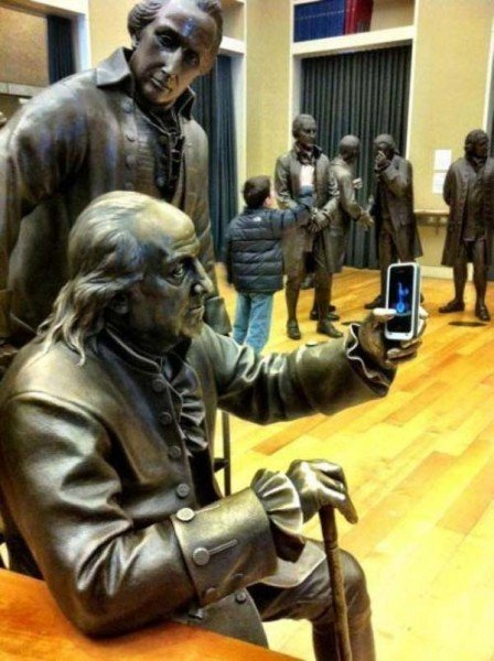 estatua tomandose un selfie