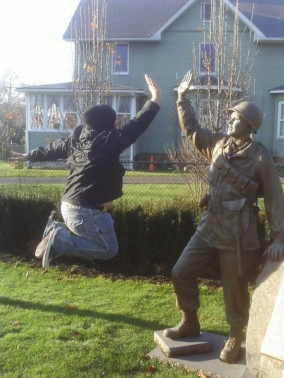 hombre chocandola con estatua