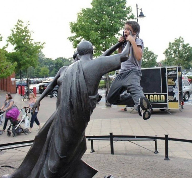 estatua ahorcando a niño